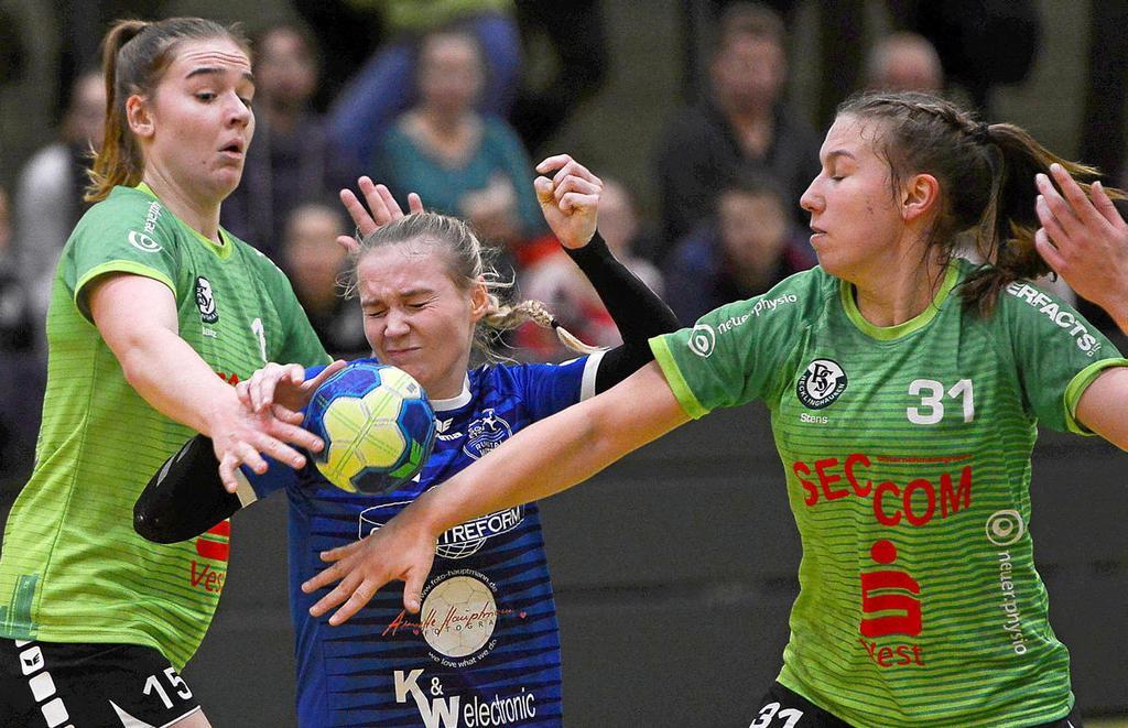 Keinen leichten Stand hatten Julia Eckardt (M.) und die SG ETSV Ruhrtal Witten gegen die PSV Recklinghausen.                                              <b>Barbara Zabka</b>