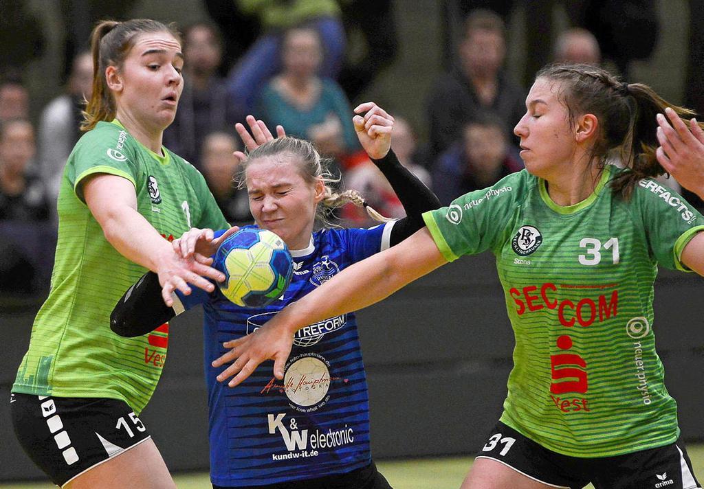 Kein Erfolgserlebnis gab's für Julia Eckardt (am Ball) und die SG ETSV Ruhrtal gegen TuRa Bergkamen.                                              <b>Barbara Zabka</b>                                              FUNKE Foto Services