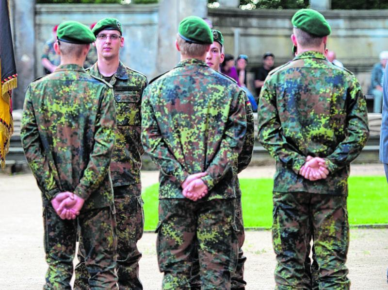 Soldaten werden vereidigt, sobald sie ihren Dienst antreten. Lange Zeit war das Dienen in der Bundeswehr Pflicht, seit neun Jahren ist es freiwillig. Jetzt diskutiert man in der Politik darüber, die Wehrpflicht wieder einzuführen.