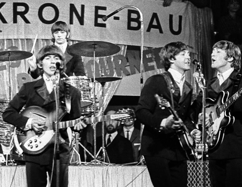 Die Beatles: George Harrison (von links), Paul McCartney, John Lennon und im Hintergrund am Schlagzeug Ringo Starr.