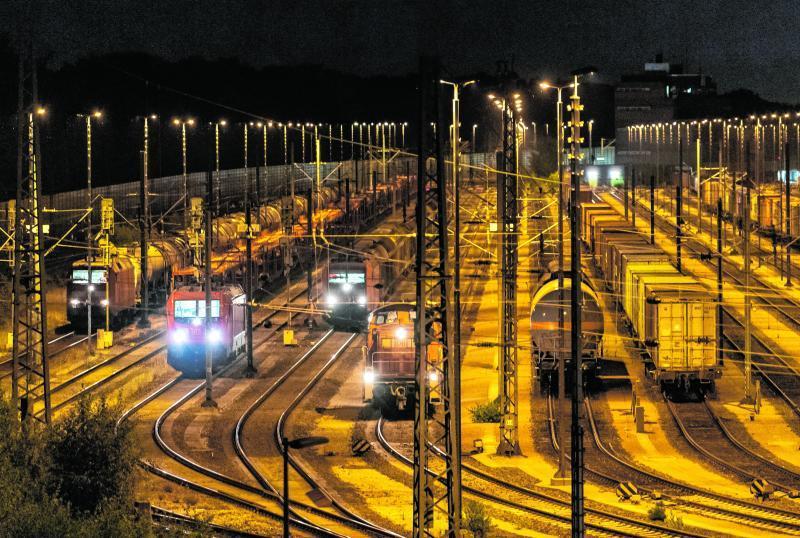 Hier gibt es fast 300 Kilometer Gleise, rund 750 Weichen und etwa 900 Signale: In Maschen im Norden Deutschlands befindet sich der größte Rangierbahnhof Europas.