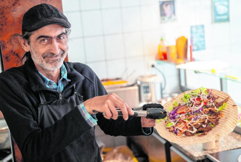 """Ayhan Akbal verkauft in seinem Imbiss """"Vegöner"""" ausschließlich vegane Speisen."""