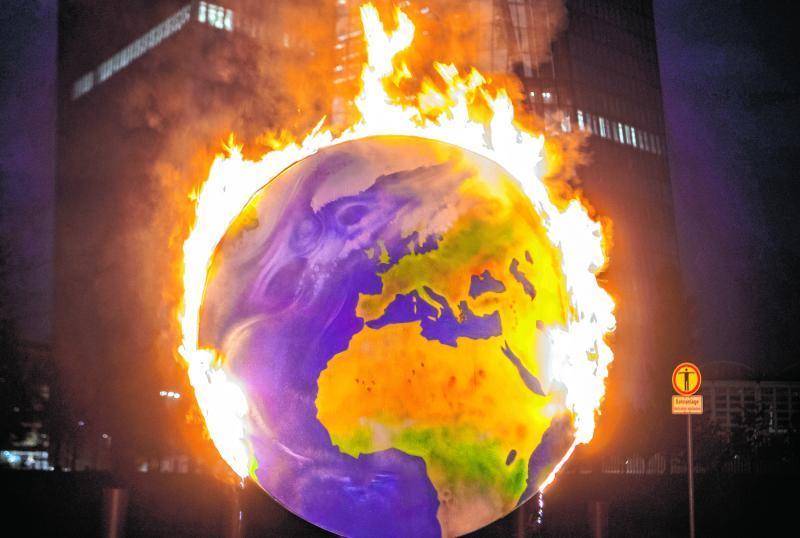Die Weltkugel wurde von Klima- Aktivisten als Protest angezündet. Auch, um auf den Klimawandel als Bedrohung hinzuweisen.