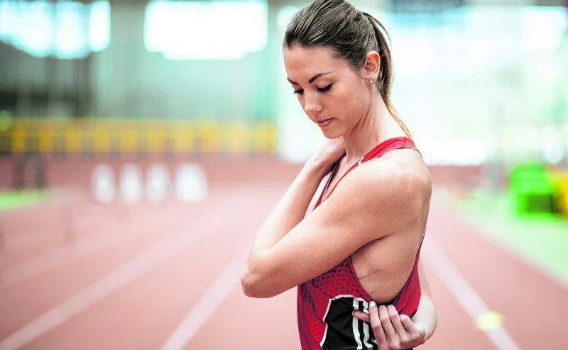 Diese Sportlerin zeigt die Narbe, die eine Operation hinterlassen hat.