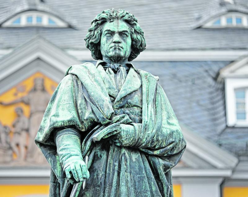 In Bonn steht eine Statue des Komponisten Ludwig van Beethoven.