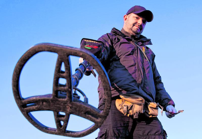 So sieht er aus, der Metalldetektor: Mit diesem Gerät sucht Torsten Dietrich-Pöller den Boden von Äckern und Feldern nach Schätzen ab.