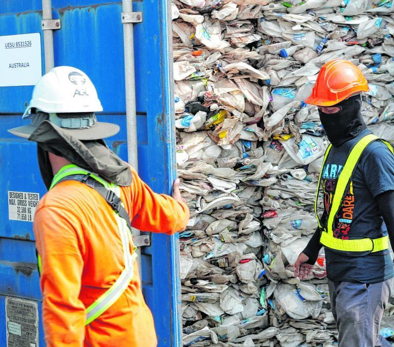 In solchen Containern wird der Plastikmüll transportiert. Deutschland bringt einen Großteil seines Mülls in das asiatische Land Malaysia und bekommt Geld dafür.