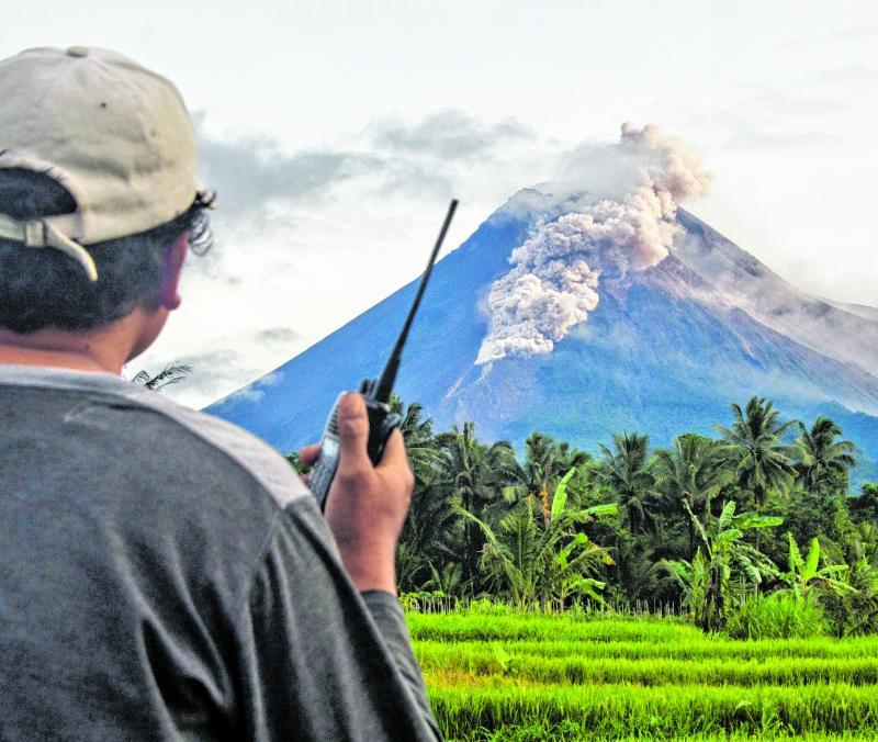 Eine Aufnahme aus sicherer Entfernung: Der Vulkan Merapi spuckt vulkanisches Material.