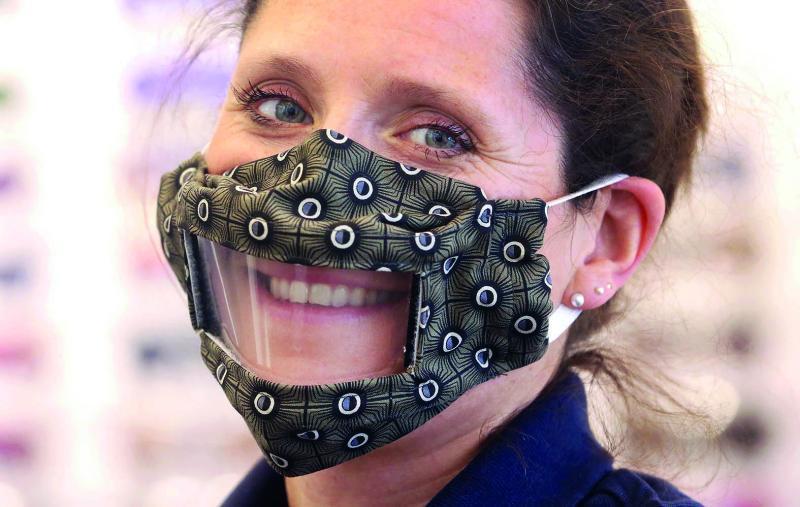 Sandra Bagus trägt eine Schutzmaske mit Sichtfenster: Die Geschäftsführerin eines Hörgeräte-Geschäftes hat die Maske für Schwerhörige entwickelt.