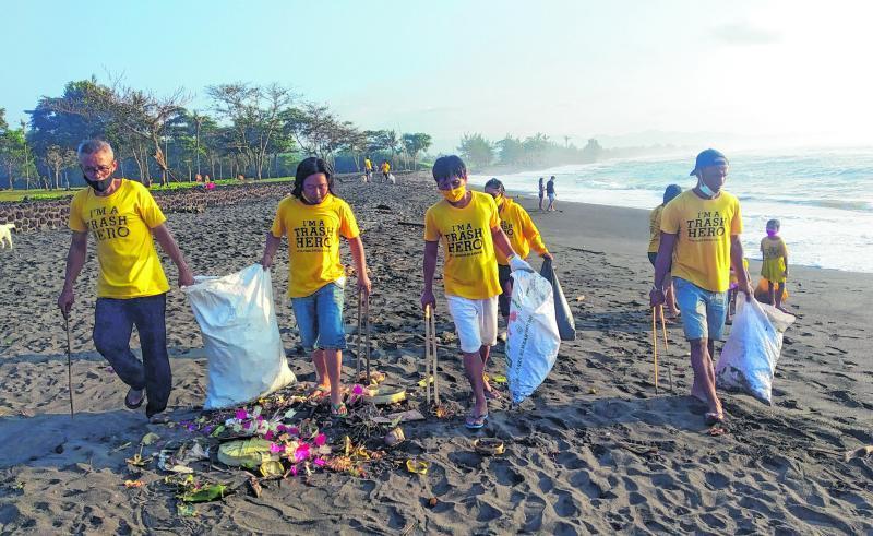 Die Müll-Misere auf Bali ist zu einem jährlich wiederkehrenden Phänomen geworden. Die Müllhelden sammeln Plastikreste oder Verpackungen am Strand in Bali auf.