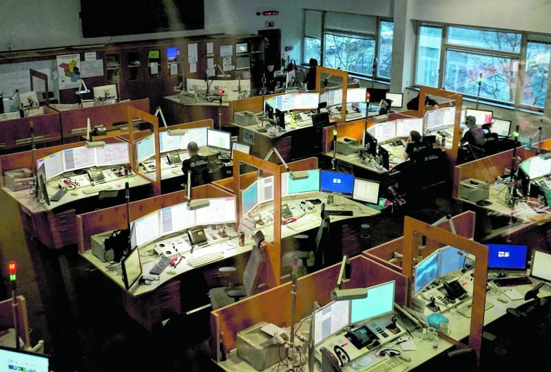 In den Leitstellen der Feuerwehr gehen jeden Tag viele Notrufe ein. Wenn das Licht an einem Arbeitsplatz rot leuchtet, ist der Mitarbeiter gerade in einem Notrufgespräch.