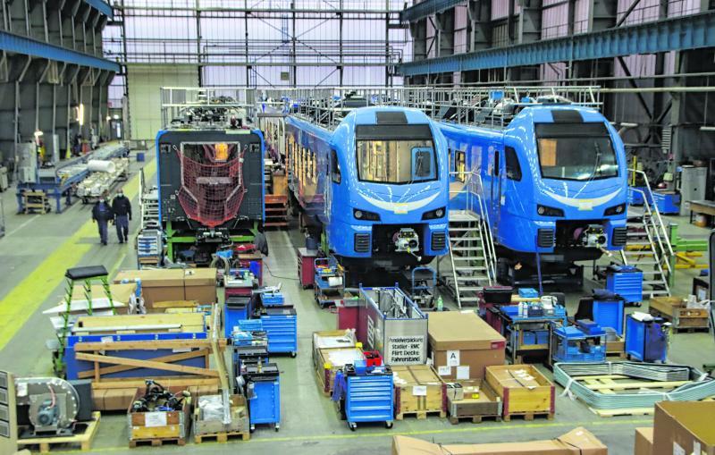 In dieser riesigen Halle werden die Züge zusammengebaut.