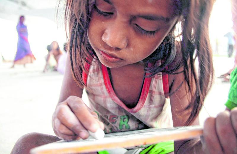 In manchen Ländern haben die Schulen nun fast seit einem Jahr geschlossen. Um Kinder in armen Ländern machen sich Fachleute besonders Sorgen.
