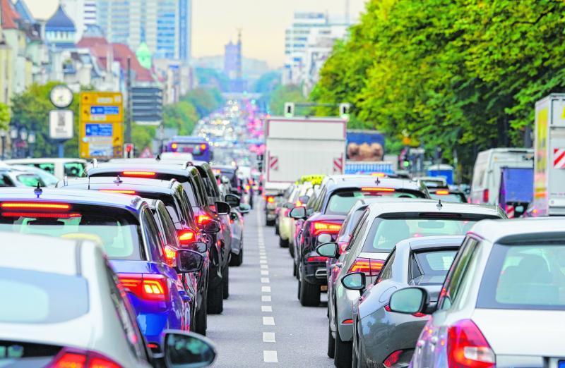 Besonders in großen Städten kommt es oft zu Staus im Berufsverkehr. Eine Studie hat nun gezeigt, dass in München am längsten im Auto gewartet werden muss.