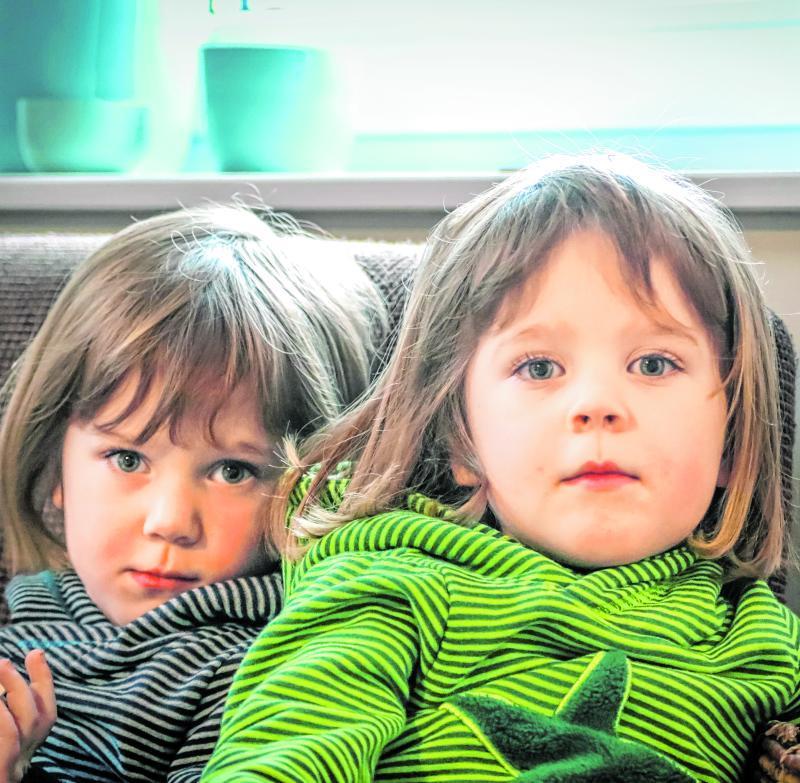 Lina (links) und Greta sind Zwillinge und sich in vielen Sachen ähnlich. Diese Ähnlichkeiten sind es, die Wissenschaftler nutzen, um beispielsweise herauszufinden, welchen Einfluss die Gene und welchen Einfluss das Umfeld auf die Entwicklung von Menschen haben.
