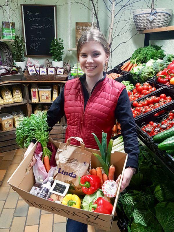 Lena Nentwig mit nachhaltigen Produkten von Meyerdierks Hofladen. Foto: FR