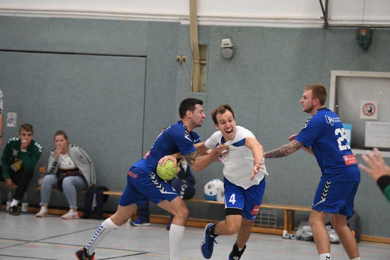 Habenhausens Marco Wilhelms (mit Ball) rückte von der Mitte auf die rechte Halbposition, um gegen Neuenhaus/Uelsen Jörn Wolterink (7/4) aus dem Spiel zu nehmen. Foto: Olaf Kowalzik