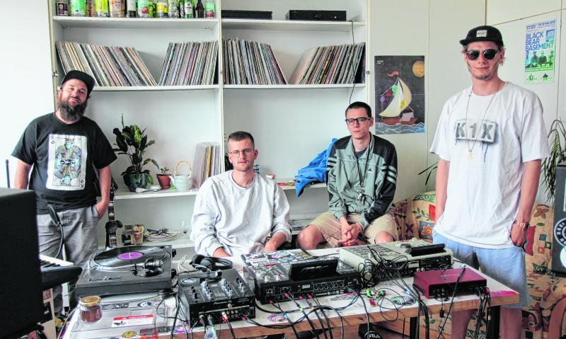 Bartmann Qualle, Spaze Windu, Hast und Luk the Dude(von links) in einem der vier Musikstudios im Wurst-Case, dem ehemaligen Verwaltungsgebäude von Könecke.