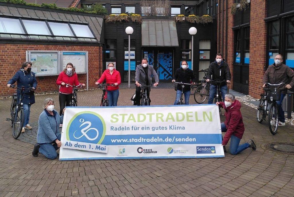 """Radeln für ein gutes Klima: Das Team """"RadHaus"""" mit Bürgermeister Sebastian Täger (Mitte) steht schon in den Startlöchern. (Gemeinde Senden)"""