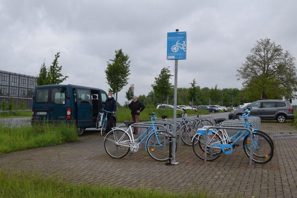 Zweiter Versuch: Wolfgang Dropmann (l.) und Bernd Lieneweg von der Agenda-21-Gruppe Senden stellen die vier Leihräder am Park-and-Ride-Parkplatz auf. (di)