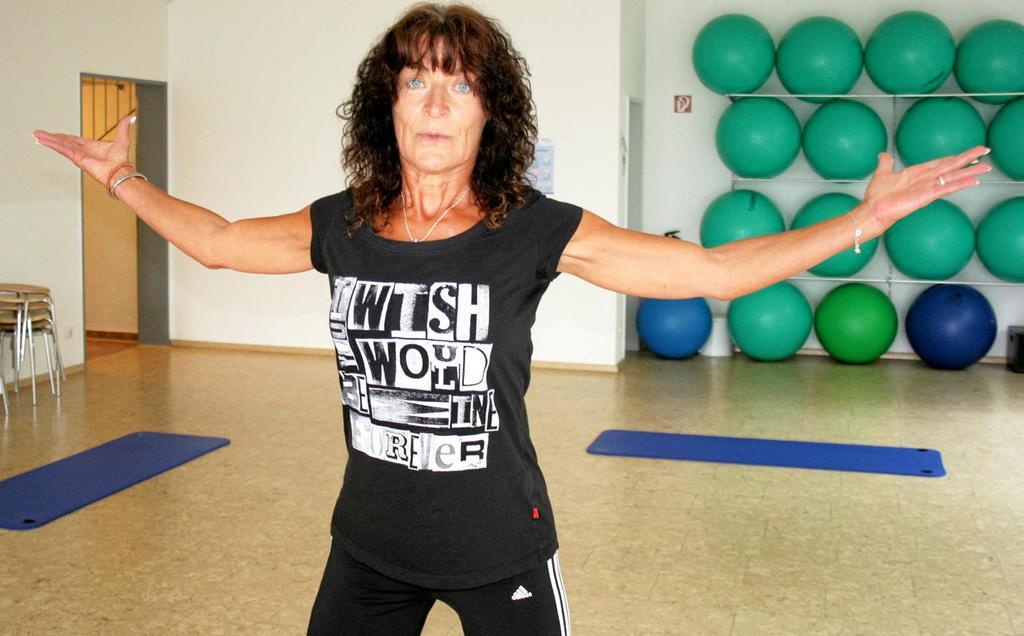 Weiten und stärken: Gerade Brust und Schulter werden gern vergessen – und das nicht nur beim Aufwärmen für eine Wanderung. Hier zeigt Elke Pätzold-Jennerke eine Übung.   <b>Fotos (3): Erik Beyen</b>