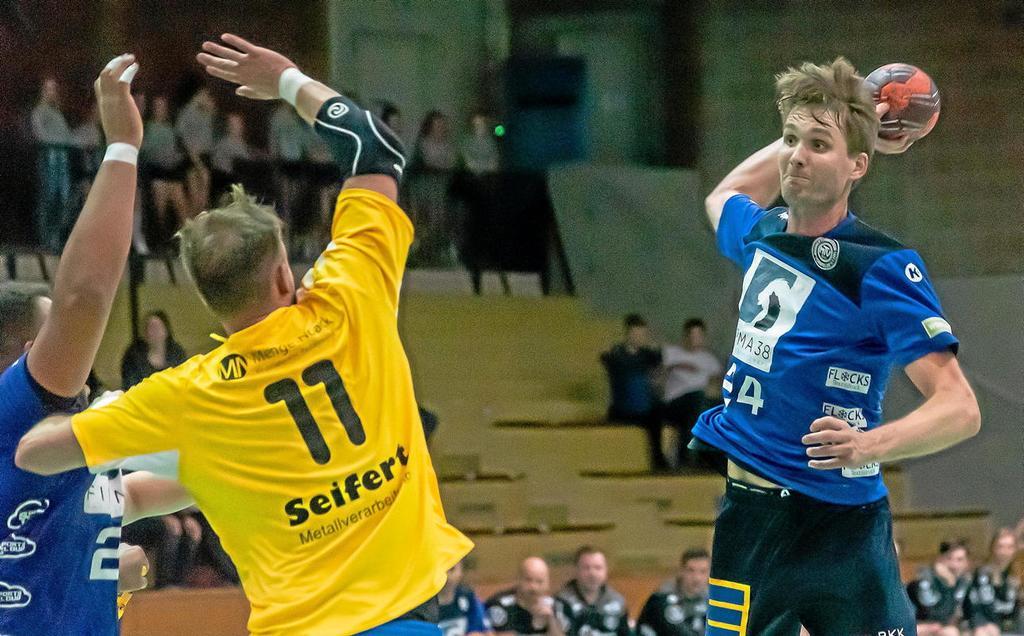 Vorsfeldes Kapitän Marius Thiele (r.) hätte den Saisonauftakt in Hameln lieber gewonnen. Mit dem ersten Heimspiel gegen Lehrte und dann in Söhre warten zwei schwierige Brocken auf den MTV.                                              <b>H. Landmann</b>                                              rs24
