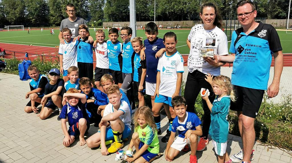 Ist seit 17 Jahren im Verein und war auch schon als Jugendtrainer tätig: Sascha Eckstädt (rechts), hier beim E-Juniorenturnier der SpVg.                                               <b>Verein</b>