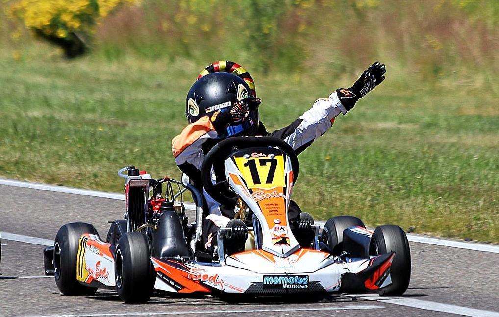 """Rafael Baltzer aus Ennepetal freut sich über seinen Sieg in Genk, in dem er den """"Dab"""" macht. Der schnelle Kartfahrer steht kurz vor der Qualifikation für das Weltfinale im italienischen Sarno.                                              <b>Timo Deck</b>"""