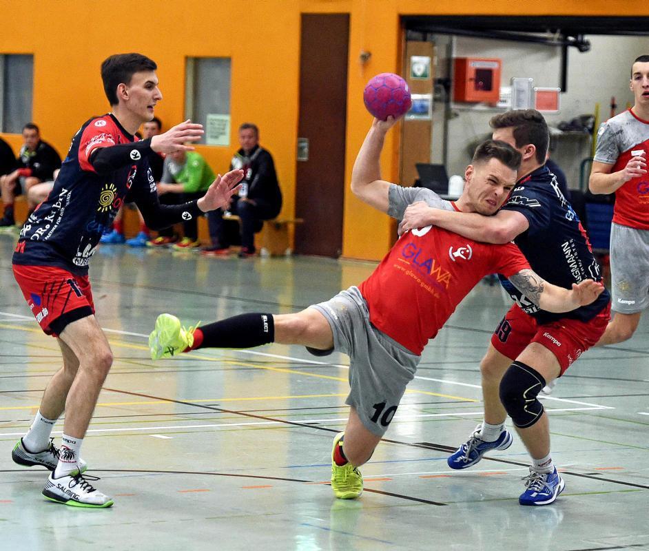 Fabian Riebeling  (in rot) wird mit unfairen Mitteln gestoppt.foto: misch