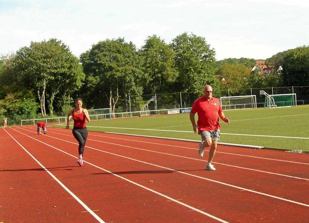 Beim Sportabzeichen-Aktionstag im Dorma-Sportpark legen sich die Teilnehmer ordentlich ins Zeug. Insgesamt acht Sportabzeichen-Abnehmer hatten dabei ein wachsames Auge auf sie.                                                <b>angelika Trapp</b>