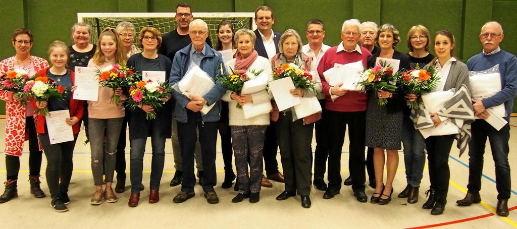 Die Jubilare der TG Voerde: Bildmitte (in blauer Jacke) Horst Krüner. Das Ehrenmitglied ist 70 Jahre Mitglied. Hinten rechts im blauen Jackett der jetzt ehemaligeVorsitzende Florian Budnick, ganz rechts Vorstandsmitglied Bernd Dahl.                                              <b>Hans-Jochem Schulte</b>
