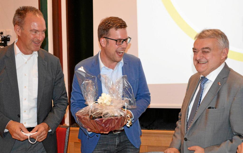 Auch das darf am Ende nicht fehlen: Der Geschenkkorb von Jochen Ritter und Florian Müller für Herbert Reul (von links).                                              <b>Barbara Sander-Graetz</b>